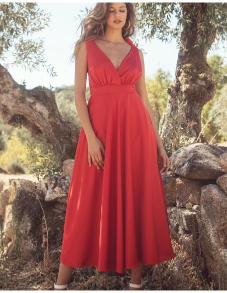 Vestido de fiesta midi con escote v rojo.