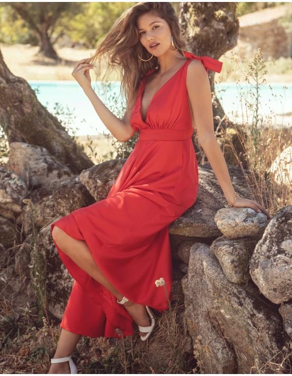 Vestido de fiesta midi con escote v rojo de Maui para INVITADISIMA.