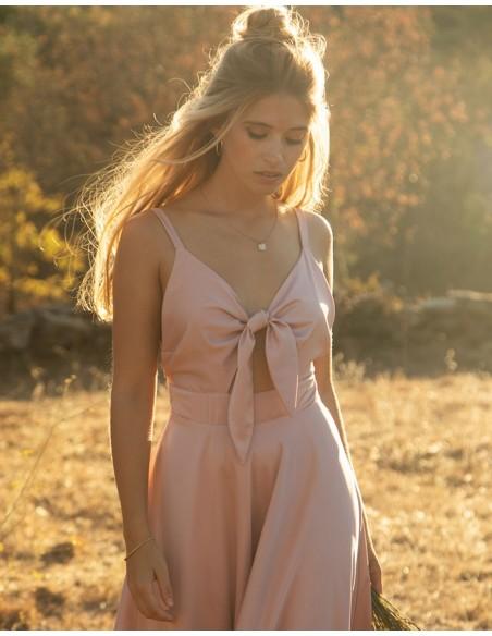 Vestido midi con con escote lazo rosa empolvado.