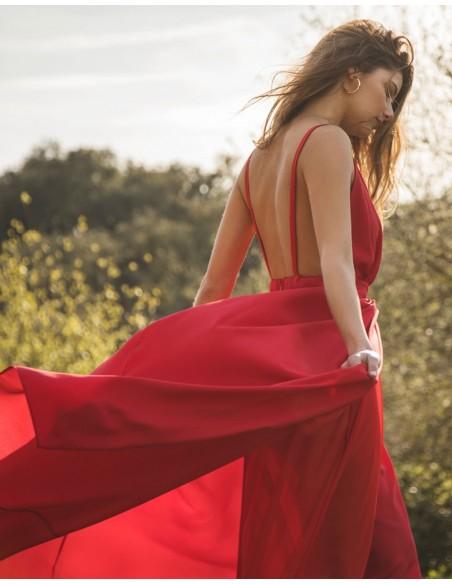 Vestido de fiesta largo rojo con escote v y abertura falda Mauî Official - 2