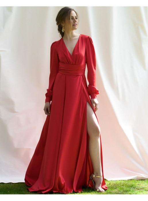 Vestido de fiesta largo de raso con manga larga y escote en V en color rojo de Alenia para INVITADISIMA