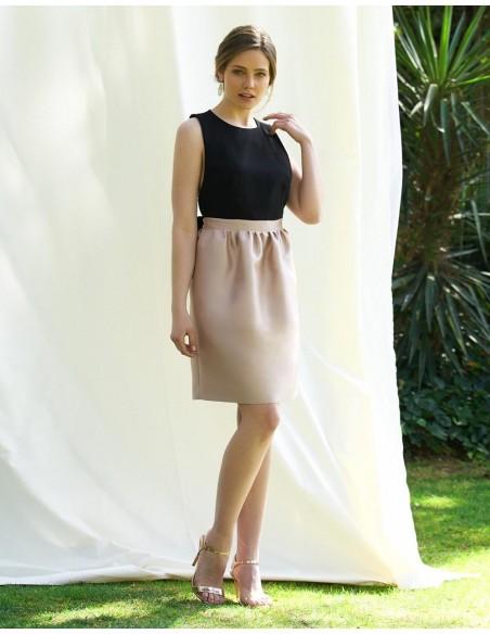Vestido de cóctel conde satén recta en rosa y cuerpo negro con detalle de lazo en la espalda de Alenia para INVITADISIMA