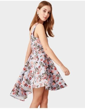 Vestido de cóctel con falda asimétrica y estampado de flores de Lauren Lynn London.