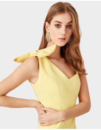 Vestido de cóctel amarillo con detalle de lazo en el hombro