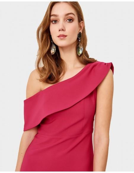 Vestido de fiesta largo de color fresón con escote asimétrico, de Lauren Lynn London para INVITADISIMA.