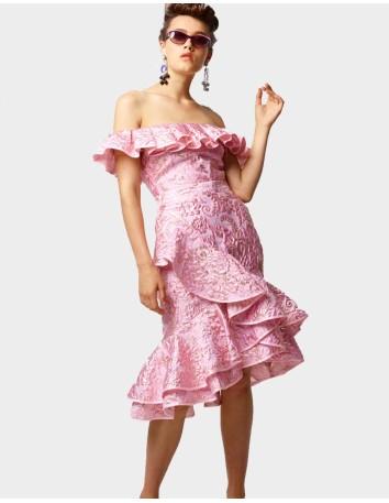 vestido midi rosa con volantes