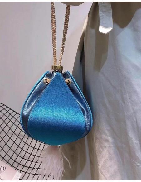 Preciosa limosnera de terciopelo azul realizada a mano de Lauren Lynn London para INVITADISIMA.