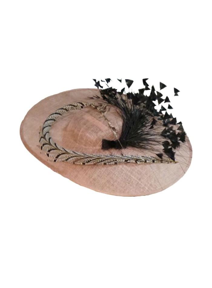 pamela de ala ancha rosa con plumas negras de Lamatte